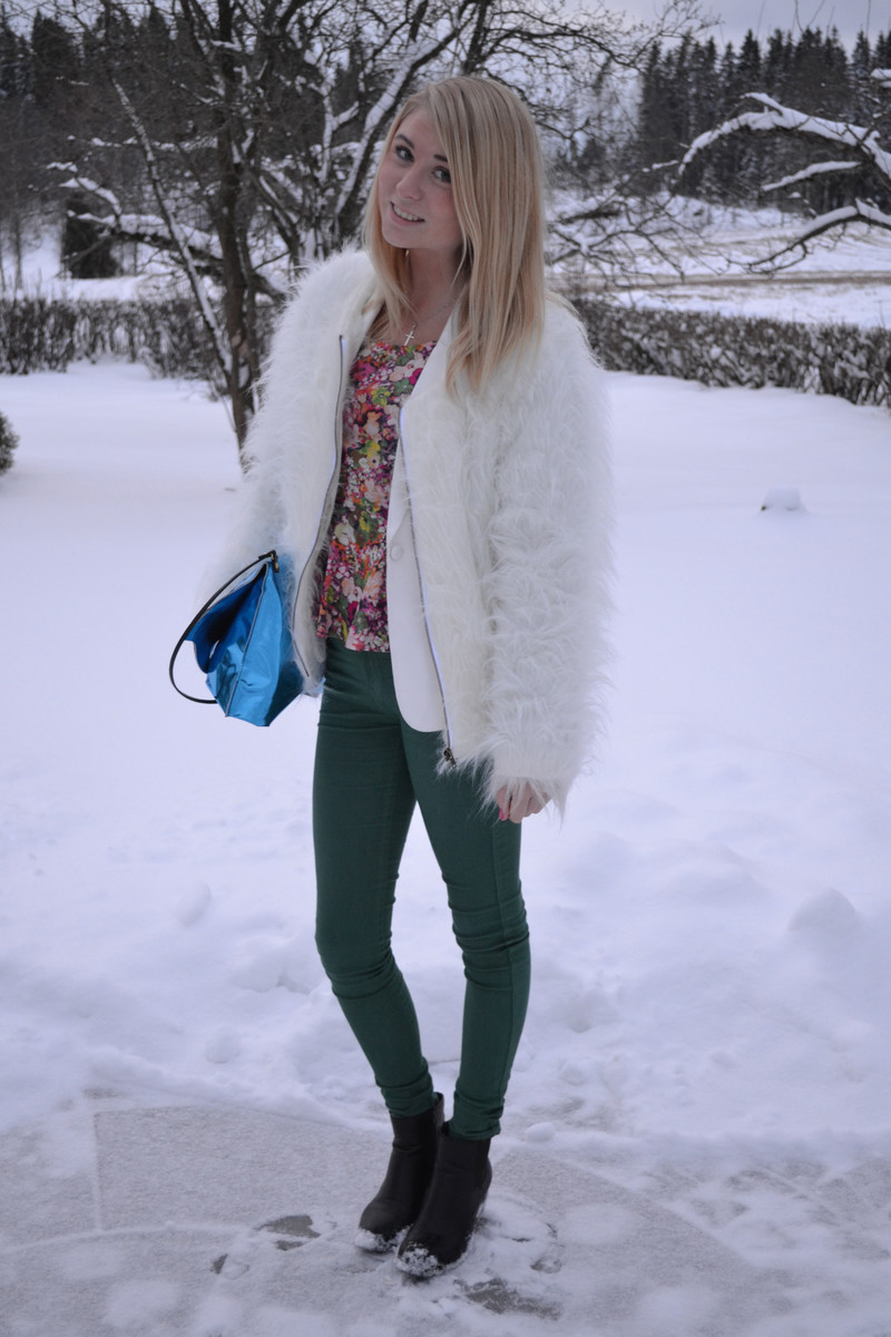 Vit fuskp&auml;ls jacka design by Liquist white fake fur jacket green pants floral peplum top metallic clutch Back 
