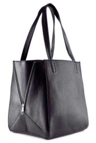 svart väska med silverdetaljer