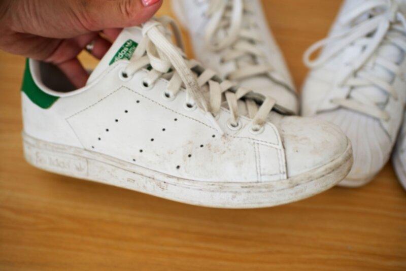 rengöra vita sneakers